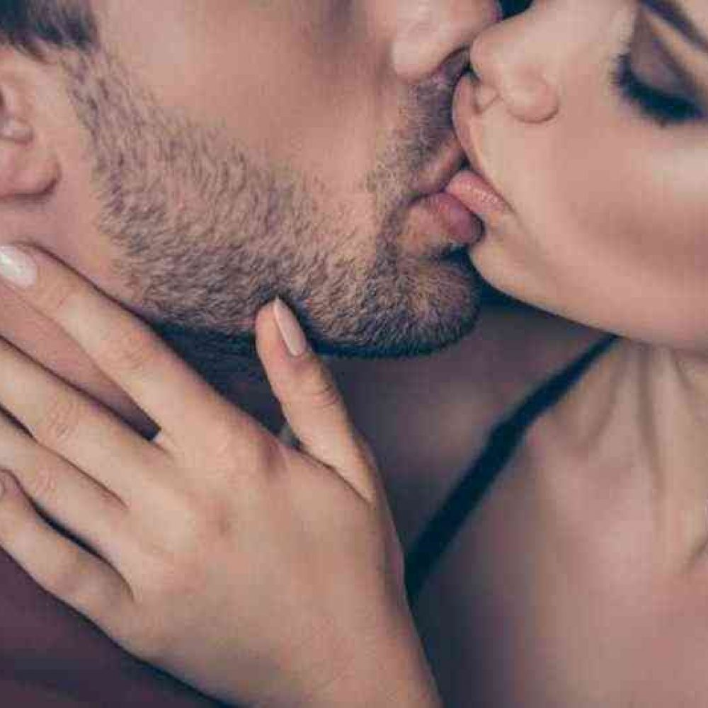 """This 3-Step """"Kiss Close"""" Gets Her to Kiss You! (Video)"""